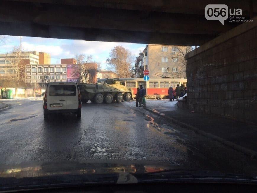 В Днепропетровске БТР протаранил трамвай