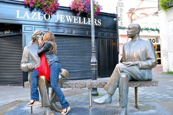 Посміхаємося і дивимося в об'єктив: 25 веселих фото зі скульптурами
