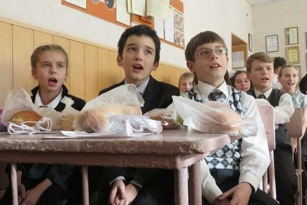 """Новый год в """"ДНР"""". В Макеевке детям подарили батоны"""