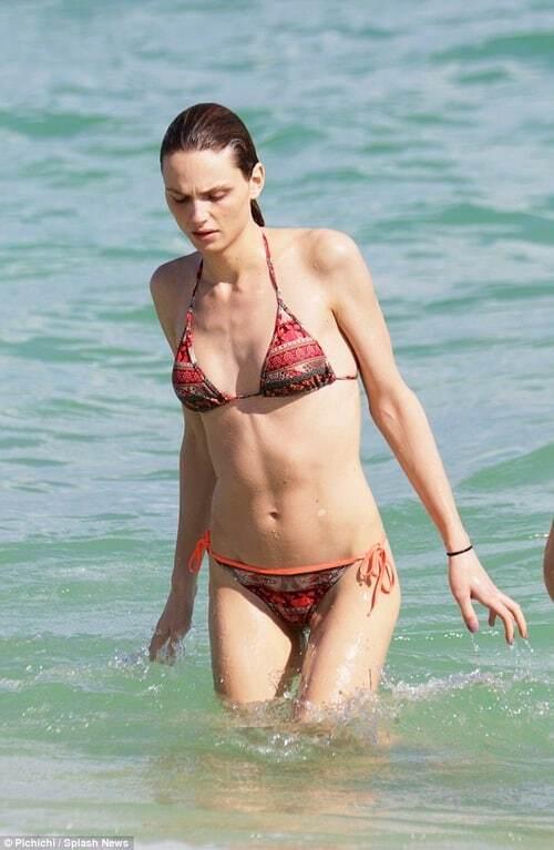 Трансгендерная модель показала идеальное тело в бикини: фото красотки