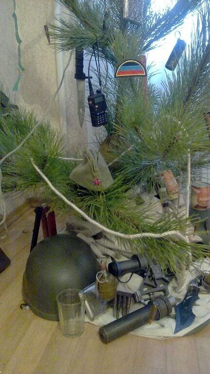 """Терористи """"ДНР"""" прикрасили ялинку зброєю та боєприпасами: опубліковані фото"""