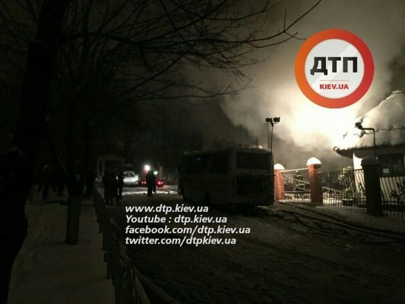 У Києві спалахнула пожежа на території академії: фото з місця подій