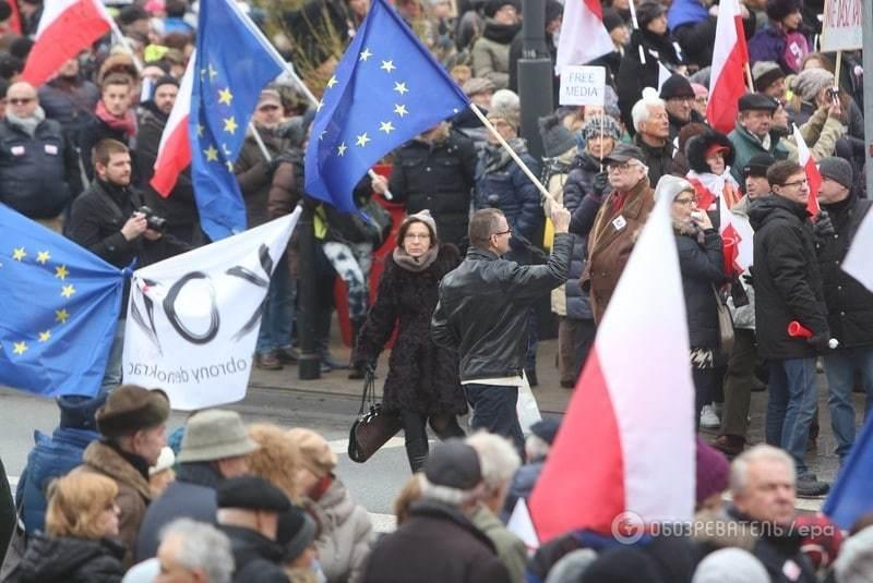 Польшу взорвали акции протеста из-за скандального закона о СМИ
