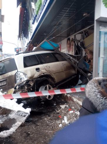 Джип врізався в стоматологію в Києві: нові подробиці і фото