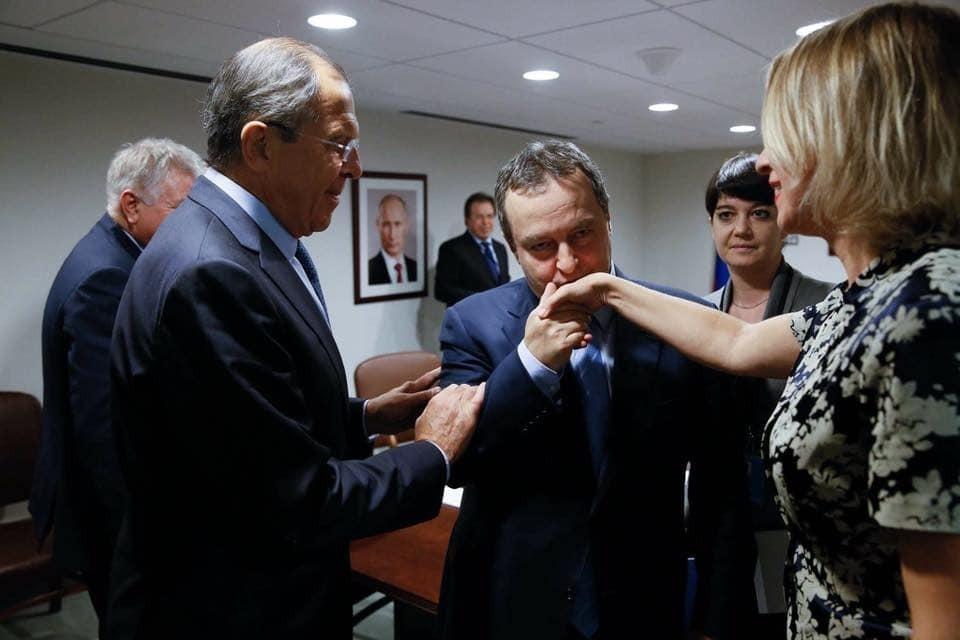 """Захарова показала фото із """"сербським поцілунком"""" і """"ревнивим"""" Лавровим"""