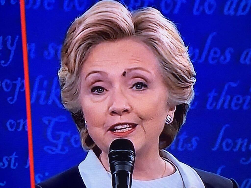 """""""Мухи за Хілларі"""": мережа сміється над курйозом із Клінтон на дебатах"""
