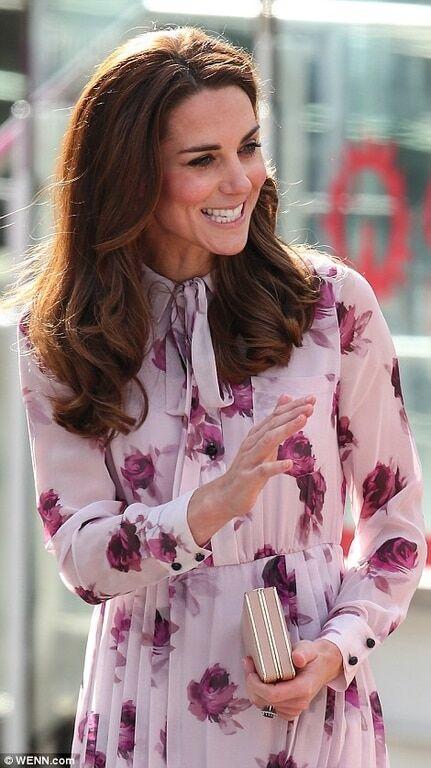 Кейт Миддлтон в нежном розовом платье впервые вышла в свет после тура по Канаде