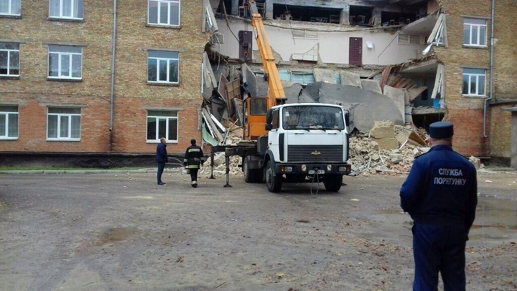 Обвал стіни у школі Василькова: евакуйовано понад 600 осіб