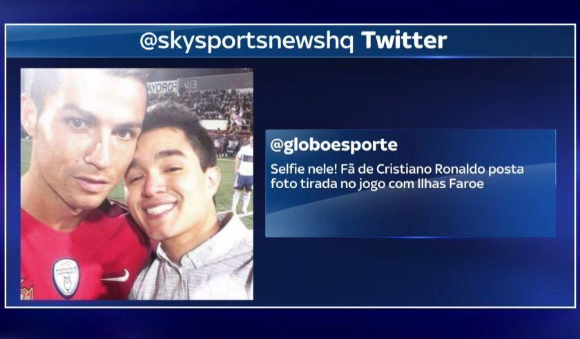 Роналду сделал селфи с фанатом прямо во время матча: фотофакт