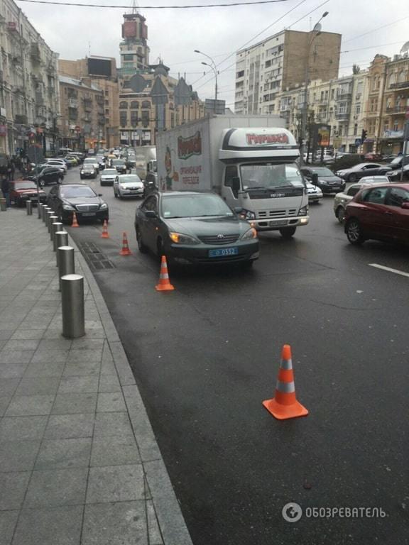 Герой парковки: автомобиль полиции перекрыл полосу движения в Киеве