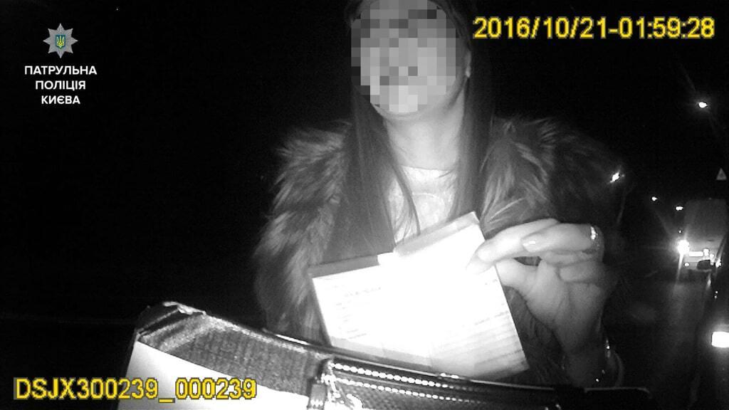 В Киеве патрульные остановили пьяную женщину-водителя с младенцем