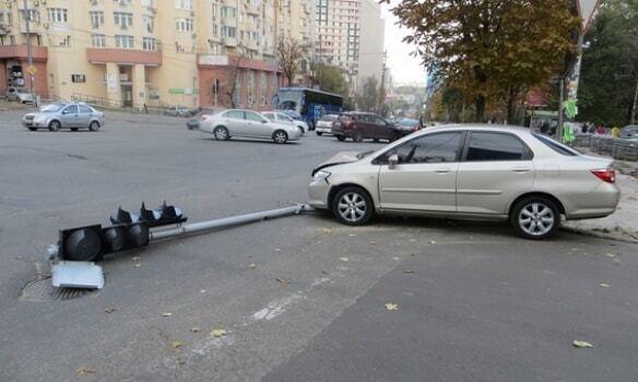 Киевские воры-домушники уложили светофор, пытаясь скрыться с места преступления