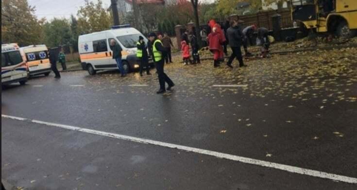 Во Львове маршрутка на скорости влетела в дерево, 13 пострадавших