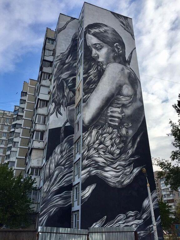В Киеве появился мурал с печальной красавицей
