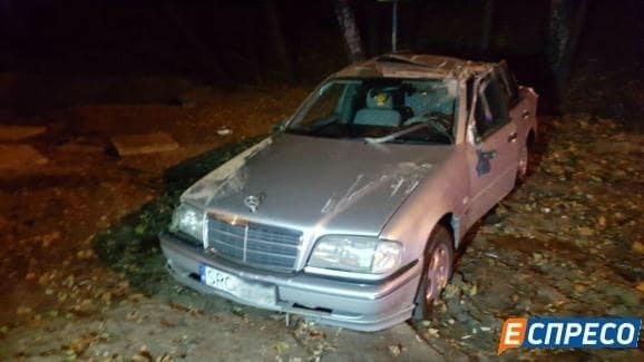 В Киеве водители устроили гонки: автомобиль дважды перевернулся