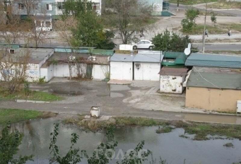 В Запорожье после аварии у многоэтажки образовалось озеро