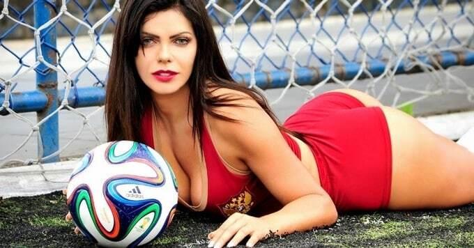 Известная модель Playboy сделала откровенные фото, чтобы поддержать сборную России