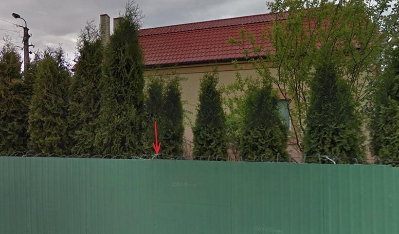 В Ривне судья отгородил от людей свой элитный дом забором с колючей проволокой