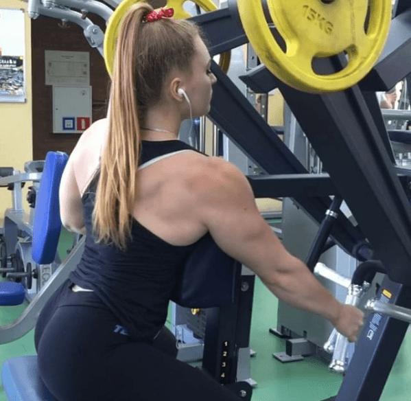 С телом Халка и лицом Барби. Российская тяжелоатлетка поразила соцсети
