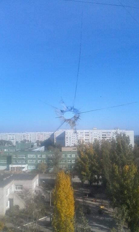 Жителям запорожской многоэтажки расстреляли окна