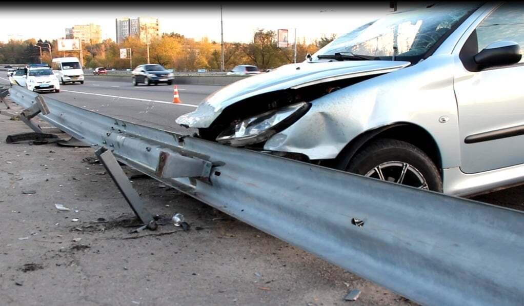 В Запорожье на дамбе перевернулся автомобиль