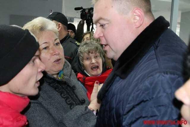 """""""Тарифный майдан"""": в Виннице митингующие пошли на штурм горсовета"""