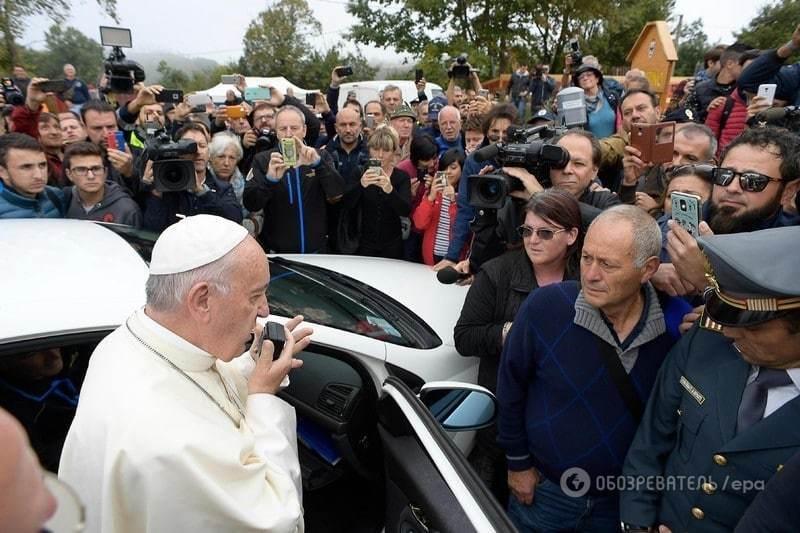 Без свити: Папа Франциск відвідав руїни зруйнованого землетрусом міста у центрі Італії