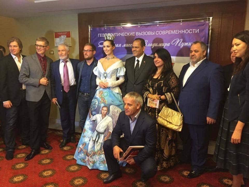 """Дна нет: соцсети взорвали снимки """"безумного платья"""" с лицом Путина"""