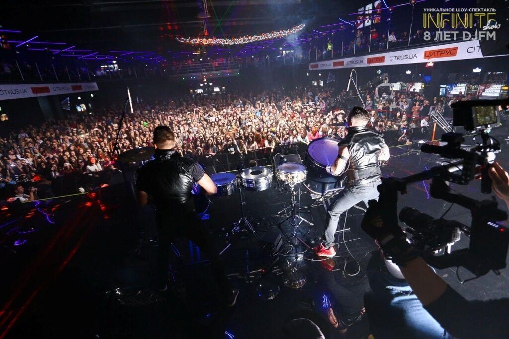 Quest Pistols show, Время и Стекло, Alloise выступили на 8-летии DJFM