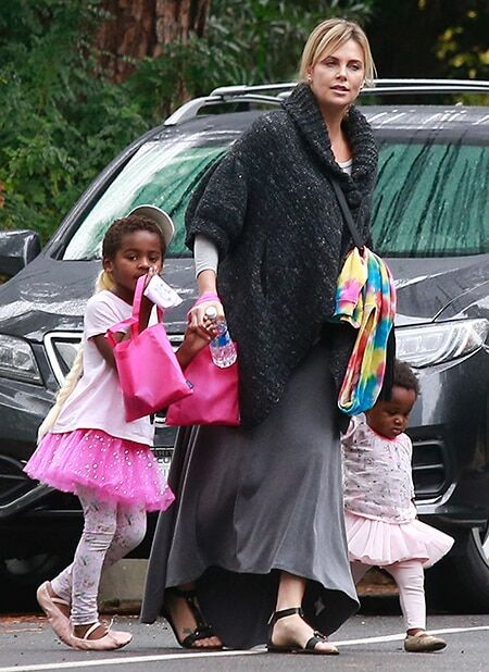 Полная свобода: Шарлиз Терон нарядила сына в розовую юбку