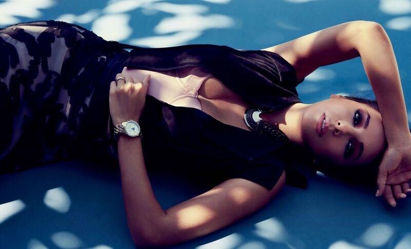 Не узнать: Ева Лонгория в новом образе понежилась у бассейна