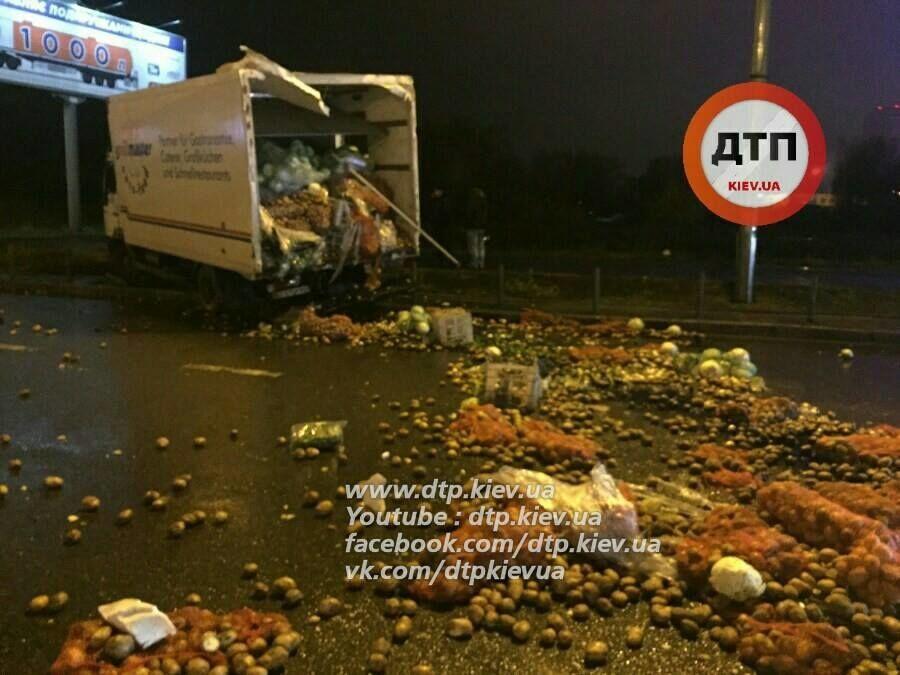 У Києві зіткнулися дві вантажівки: проспект засипало овочами