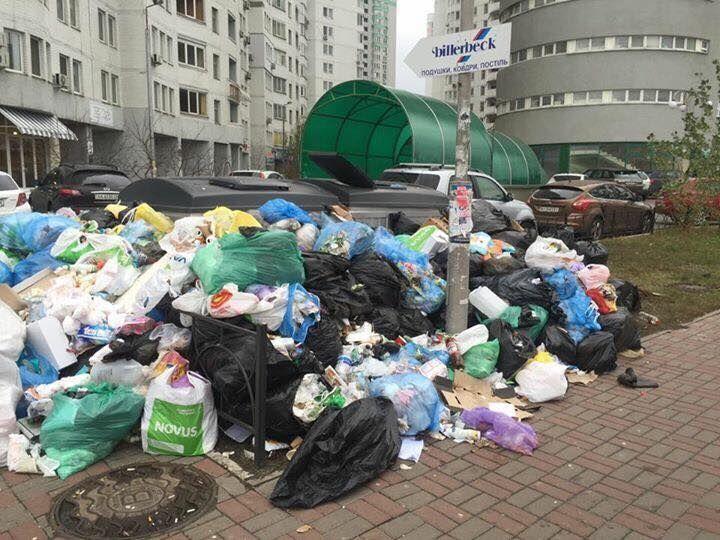 """Сила Facebook: гору мусора из-под киевской многоэтажки вывезли """"Путину или Трампу"""""""