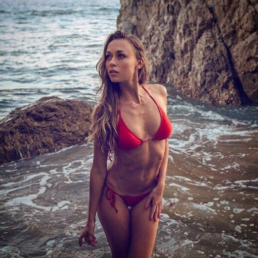 Супруга непобедимого украинского боксера похвасталась пляжным фото в бикини