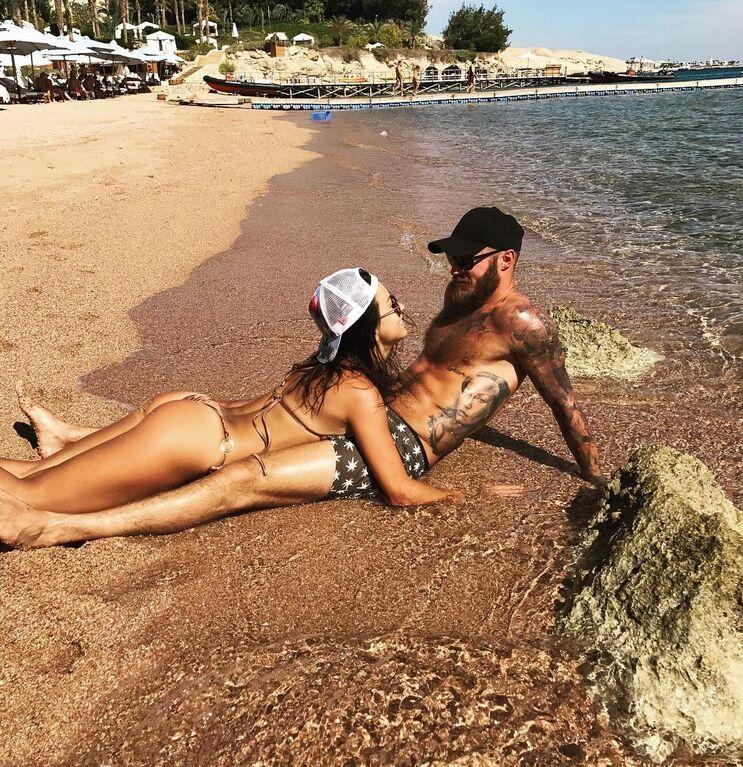Жена футболиста сборной Украины похвасталась сексуальным видео в бикини