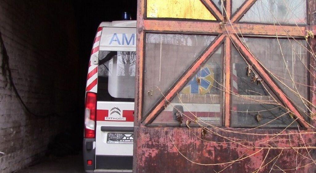 """""""Заникали"""" подарунок Порошенка: на Донбасі СБУ знайшла 4 """"швидкі"""" в покинутому цеху"""