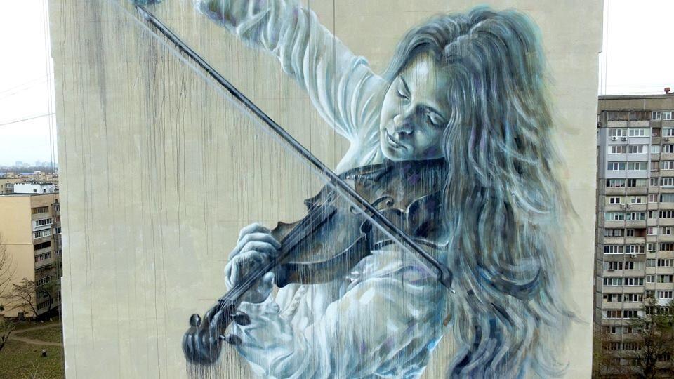 У Києві з'явився мурал з дівчиною-скрипалькою