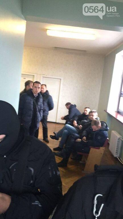 Озброєні люди в масках провели обшук в Криворізькій мерії