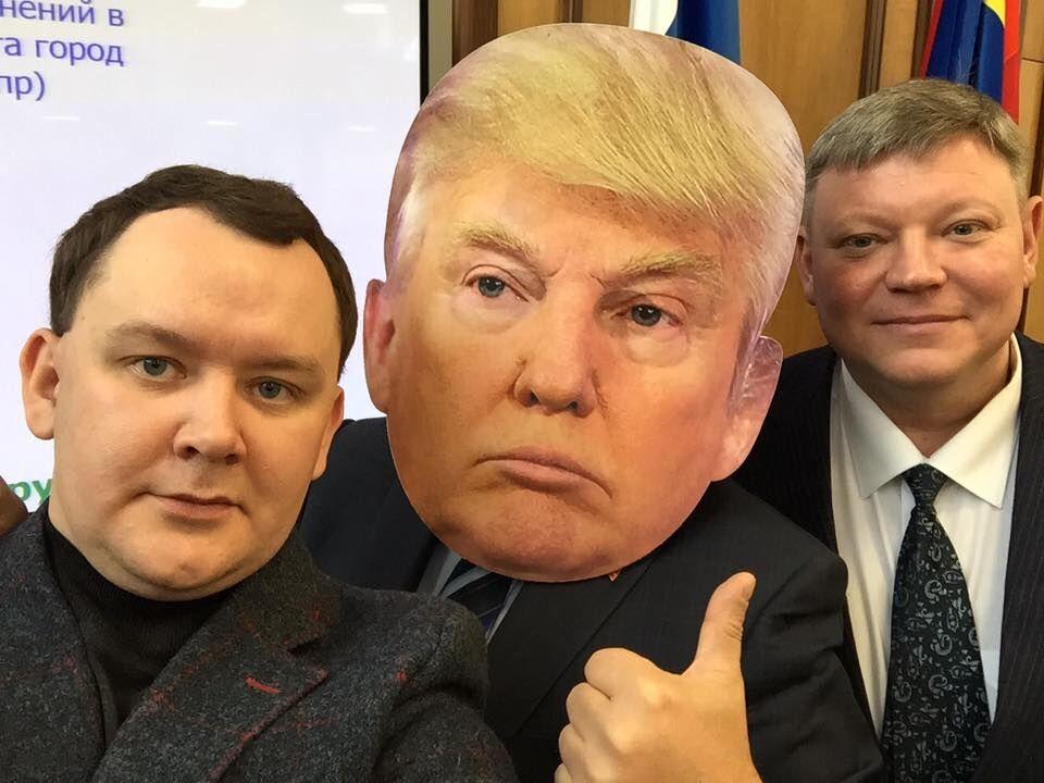 В России депутат пришел на работу в маске Трампа
