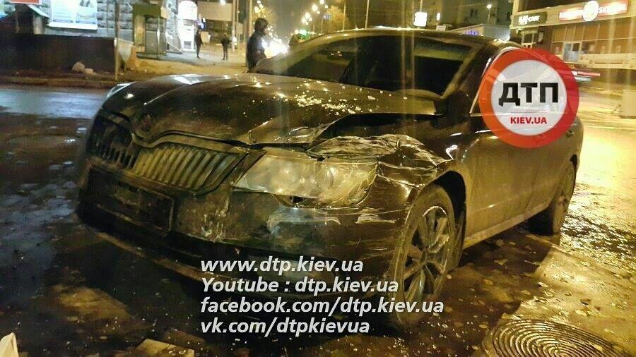 У Києві п'яні перехожі жорстоко побили дівчину-копа