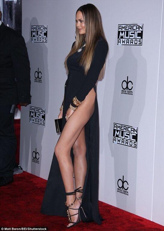 Знаменитая модель оконфузилась в платье без белья