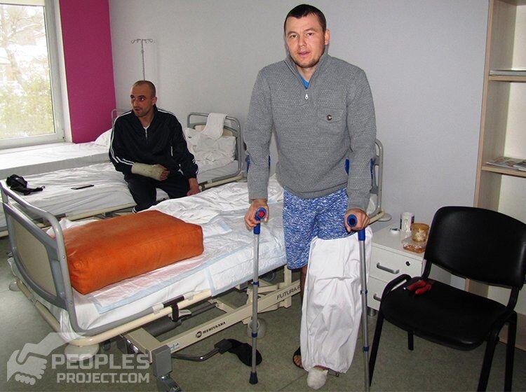 Побило гомілку, розтрощило руку: волонтери розповіли про лікування бійця АТО