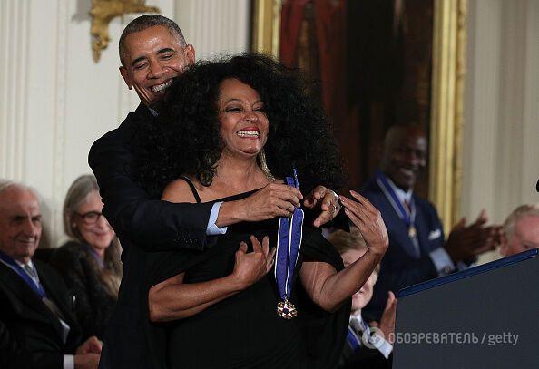 Барак Обама наградил Тома Хэнкса и других звезд почетными медалями