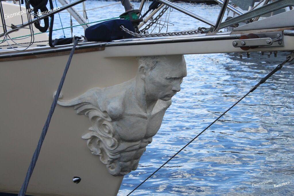 """""""Такое дерзкое судно"""": в сети высмеяли яхту с фигурой Путина на носу"""