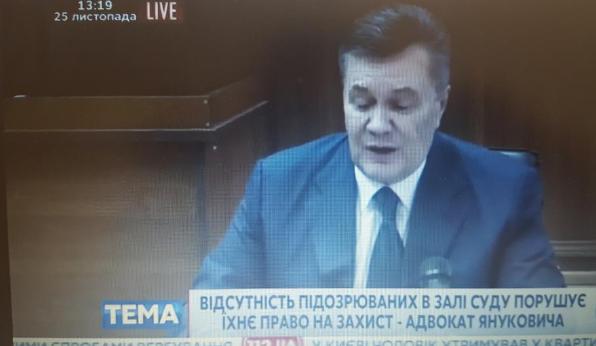Українець, судимостей немає: Янукович показав свій паспорт