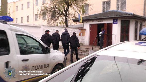Діяли у п'ятьох областях: на Рівненщині затримали викрадачів елітних авто