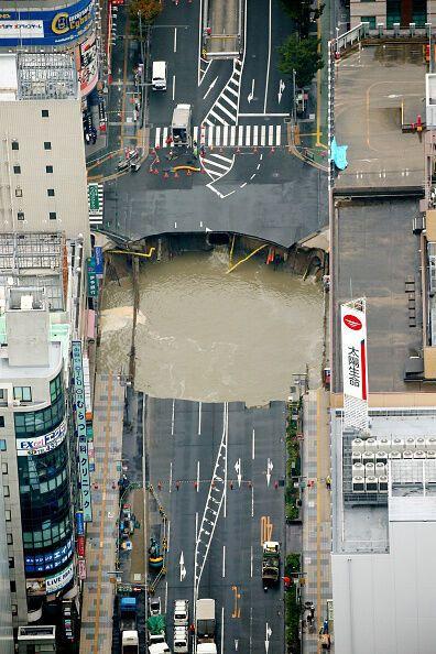 Прямо посреди шоссе: в японском городе Фукуока образовалась гигантская воронка