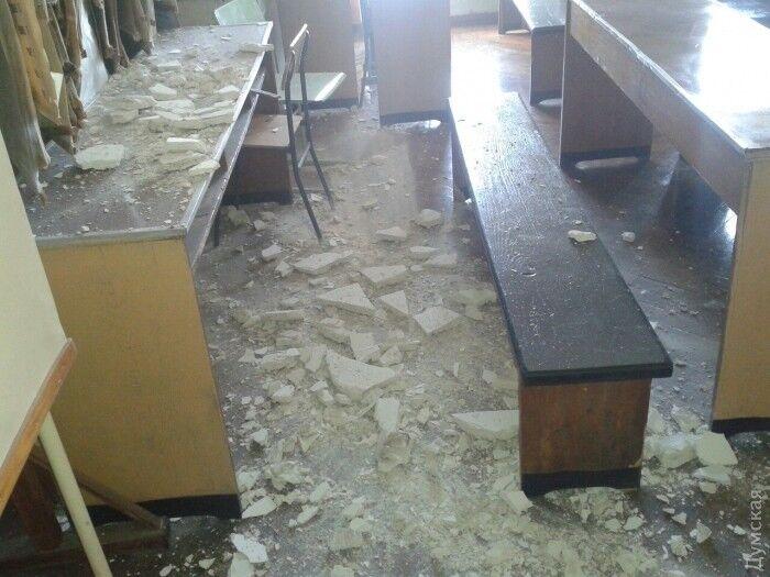 В аудиторії одеського університету під час занять впала стеля