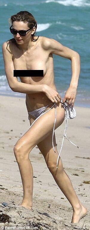 """Відома модель-трансгендер """"засвітила"""" свої груди"""