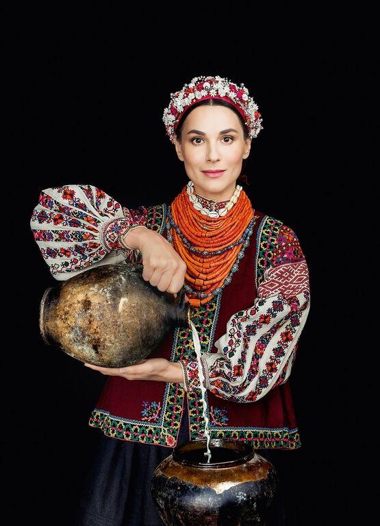 """Українські зірки знялися у народному вбранні для календаря """"Щирі"""""""